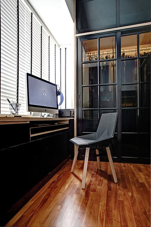 Industrial Study Room: Inspiring Workstations By The Bay Window