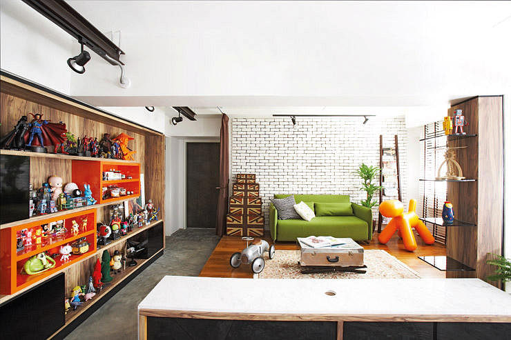House tour industrial meets pop art in a 5 room hdb flat for Living room ideas hdb