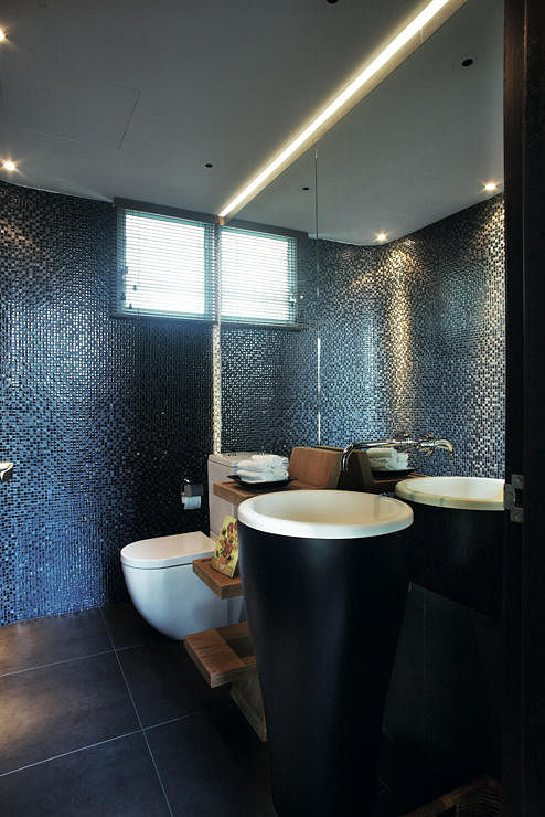 9 bathroom designs that use dark colours home decor for Bathroom designs singapore