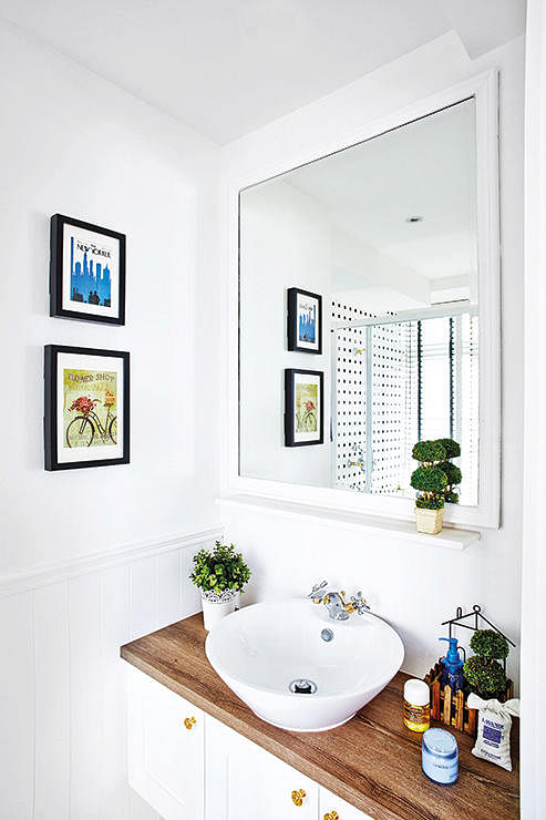 10 fresh all white design ideas for small bathrooms home for Small house design singapore