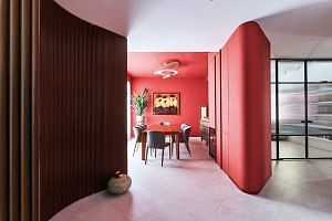 House Tour: A curvilinear condo with red dini...